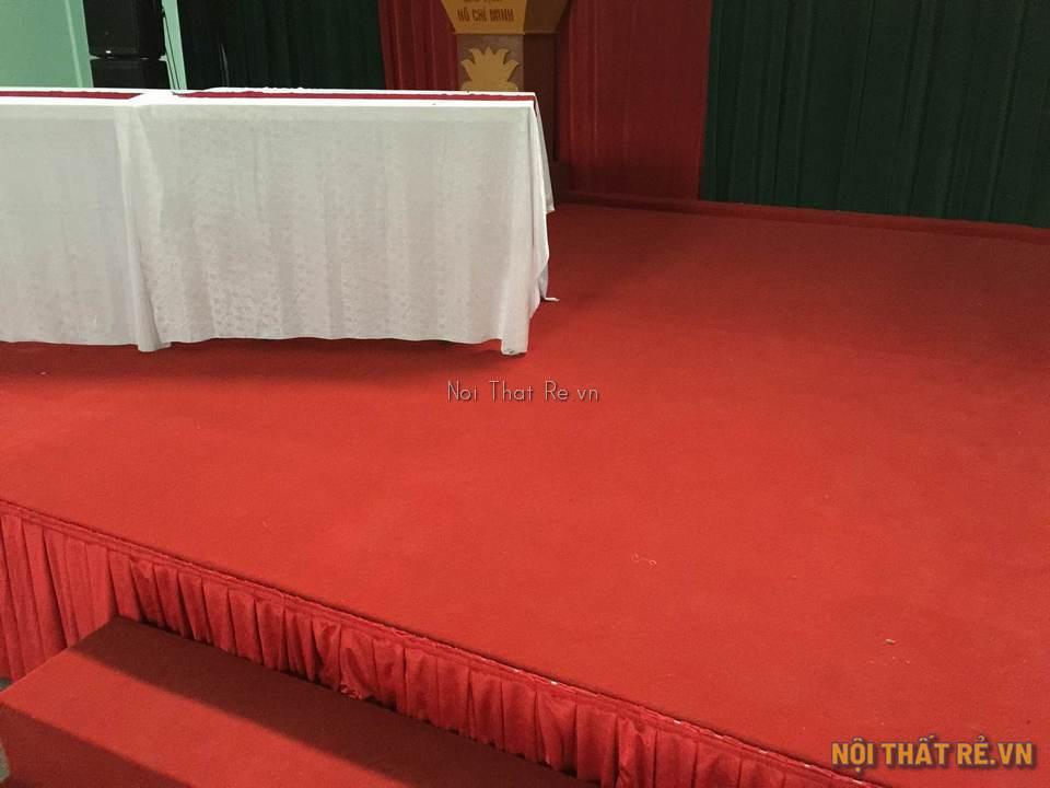 Sân khấu sử dụng thảm đỏ dán xuống sàn