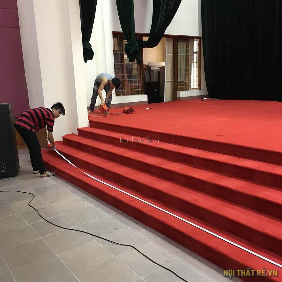 thi công thảm màu đỏ cho cầu thang bục sân khấu