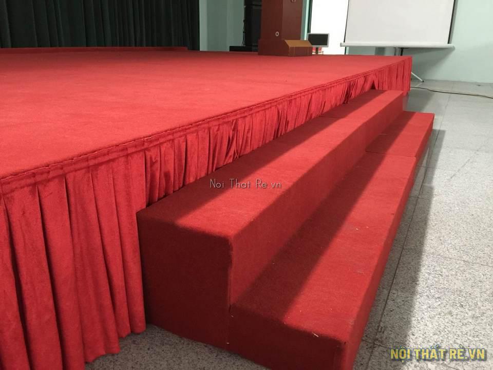 Bậc lên xuống sân khấu dán thảm màu đỏ