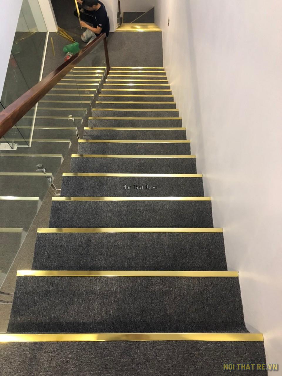 trải thảm ở cầu thang sử dụng nép mép bằng inox